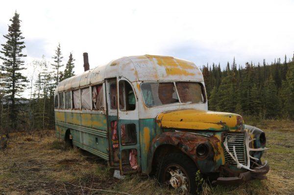 L'autobus 42 rimase nella foresta dell'Alaska negli anni '60, dove il viaggiatore Christopher McCandless trascorse i suoi ultimi giorni prima di morire di fame nel 1993